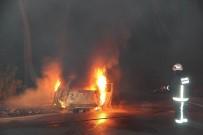 AYDINLATMA DİREĞİ - Kaza Yapan Araç, Alev Topuna Döndü