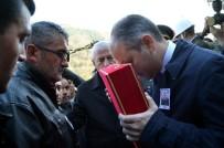 İBRAHIM ŞAHIN - Bakan Kılıç, Şehidin Tabutuna Sarılan Bayrağı Babasına Teslim Etti