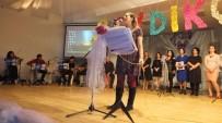 Burhaniye'de Öğretmenler Şarkı Söyledi Şiir Okudu
