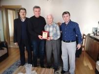 EMEKLİ ÖĞRETMEN - Sivrihisarlılar Derneği, En Yaşlı Emekli Öğretmene Evinde Plaket Verdi