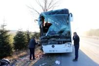KAMYON ŞOFÖRÜ - Yolcu Otobüsü Kamyonla Çarpıştı Açıklaması 13 Yaralı