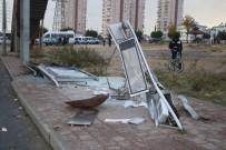 HALK OTOBÜSÜ - Antalya'da Yolcu Otobüsü Durağa Daldı Açıklaması 4 Yaralı