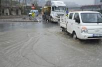 KEMERBURGAZ - İstanbul'da Yollar Göle Döndü Açıklaması Şantiyeyi Su Bastı