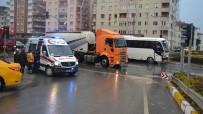 SERVİS OTOBÜSÜ - Karamürsel'de Servis Minibüsü İle Otomobil Çarpıştı Açıklaması 6 Yaralı