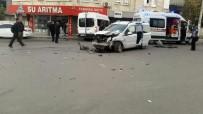 ÖĞRENCİ SERVİSİ - Öğrenci Servisi İle Otomobil Çarpıştı Açıklaması 15 Yaralı