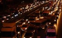 SAĞANAK YAĞIŞ - Sağanak Yağış İstanbul'da Trafiği Felç Etti