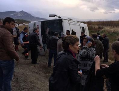 Denizli'de yolcu midibüsü devrildi:  2 ölü, 19 yaralı