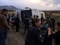 YOLCU MİDİBÜSÜ - Denizli'de yolcu midibüsü devrildi:  2 ölü, 19 yaralı