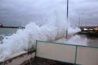 Şiddetli Poyraz Marmara Denizi'nde Ulaşımı Engelledi