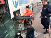 YOLCU OTOBÜSÜ - Yolcu Otobüsü Bariyerlere Çarptı Açıklaması 5 Yaralı