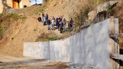 Akrabasına kızdı yolu beton duvarla kapattı