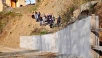 MEHMET SARI - Akrabasına kızdı yolu beton duvarla kapattı