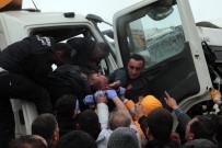 BELEDIYE OTOBÜSÜ - Belediye otobüsü ile kamyon çarpıştı: 11 yaralı