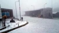 HAVA SICAKLIĞI - İzmir'e Kar Yağdı, Vatandaşlar Şaşkına Döndü