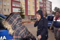 KADIN HIRSIZ - Genç kadın jandarmayı gördü, çaldığı altınları...