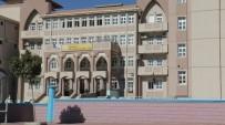 BIÇAKLI KAVGA - Öğrenciler Arasında Bıçaklı Kavga Açıklaması 3 Yaralı