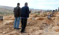 YEŞILKENT - Gaziantep'te Kına Gecesine Düzenlenen Bombalı Saldırıda Ölen Çocuklardan Birinin Mezarı Açıldı