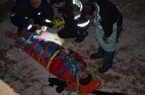 VEYSEL KARANI - Dereye Uçan Otomobilde Can Pazarı 1 Ölü 1 Yaralı