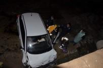 VEYSEL KARANI - Dereye Uçan Otomobilde Can Pazarı Açıklaması 1 Ölü, 1 Yaralı