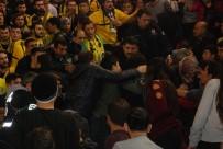EZİLME TEHLİKESİ - Fenerbahçe Maçında Taraftarlar Arasıdna Gerginlik