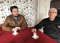 MEHMET TOPAL - Kahvede Müşterilerine Süt Dağıtıyor