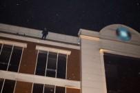 HAVA YASTIĞI - Maddi Sıkıntıları Yüzünden Otelin Çatısına Çıktı