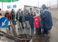 POLİS NOKTASI - Siirtli Öğrenciler Polise 'Cevşen' Verdi