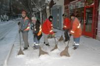Nevşehir Belediyesi Ekipleri Kar Temizliği Yapıyor