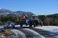 GÜZELYAYLA - Belen'de Buzlanmaya Karşı Yollar Tuzlandı