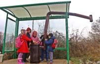 ORHAN YıLMAZ - Çocukları Üşümesin Diye Otobüs Durağına Soba Kurdu