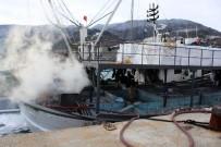 BALIKÇI TEKNESİ - Açıkta Avlanan Teknede Çıkan Yangını İtfaiye Söndürdü