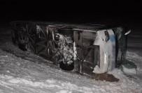 MİNİBÜS ŞOFÖRÜ - Buzlu Yolda Trafik Kazası Açıklaması 33 Yaralı