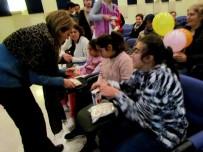 KAN BAĞıŞı - Çeşme'de Üniversite Öğrencileri, Engelli Çocuklara El Uzattı