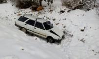 İSLAMOĞLU - Karda Kayan Otomobil Dereye Uçtu Açıklaması 2 Yaralı