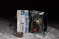 MİNİBÜS ŞOFÖRÜ - Minibüs İle Yolcu Otobüsü Şarampole Devrildi Açıklaması 33 Yaralı
