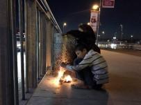 MÜLTECI - Sokakta Kalan Suriyeli Çocukların Soğukla Mücadelesi Yürekleri Burktu