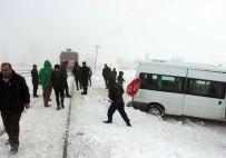 ORTAKENT - Tren Öğrenci Servisine Çarptı Açıklaması 2 Yaralı