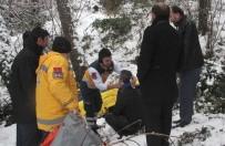 TAKSİ ŞOFÖRÜ - Ticari Taksi Dereye Yuvarlandı Açıklaması 3 Yaralı
