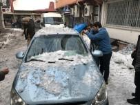 Çatıdan Düşen Kar Kütleleri İki Araca Zarar Verdi