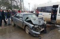 OKUL SERVİSİ - Otomobil Öğrenci Servisi İle Çarpıştı Açıklaması 12 Yaralı