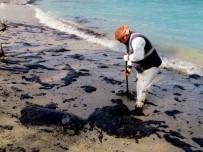 DENİZ KAZASI - Çeşme'de Denize Sızan Yakıtın Temizliği Sürüyor
