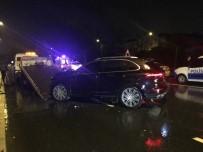 LÜKS OTOMOBİL - Kaza yaptığı yere reflektör koyarken otomobil çarptı