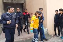 ÖMER CAMII - İntihar Teşebbüsünde Bulunan Genç Kız Hastaneye Kaldırıldı