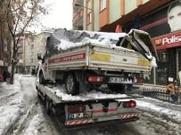 Bingöl'de Kar Kütleleri İki Araca Zarar Verdi