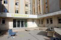 TOPLU KONUT - Eski Hastane Binası Müptela Ve Hırsızların İstilasına Uğradı