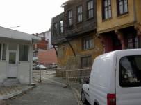 YAYA TRAFİĞİ - Mudanya'da Metruk Binalar Tehlike Saçıyor