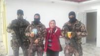 Başbakanı Koruyan Polislere Evinde Çorba Hazırlayıp Dağıttı