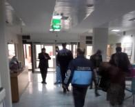 ZABITA MEMURU - Zabıtayı Darp Eden Şahısları Linçten Polis Kurtardı