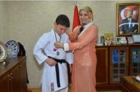 BILECIK MERKEZ - İl Milli Eğitim Müdürü Durmuş'tan Avrupa İkincisi Karateciye Teşekkür Belgesi