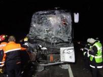 AFYONKARAHISAR - Afyonkarahisar'da Otobüs Kamyona Arakdan Çarptı 13 Yaralı